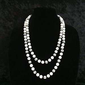 Classic Black & White Beaded Necklace (d010)